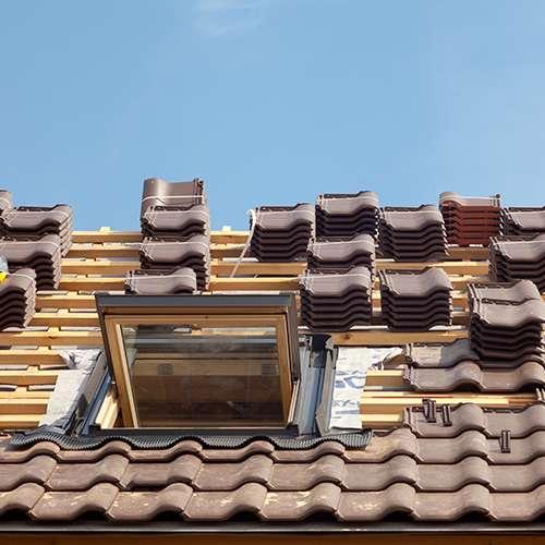 Travaux de revêtement de couverture sur un toit